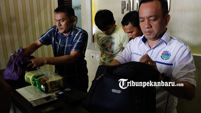 FOTO: Polda Riau Ringkus Dua Pengedar Narkoba Sabu 3 Kg, Ditangkap di Kandis - foto_polda_riau_ringkus_dua_pengedar_narkoba_sabu_3_kg_ditangkap_di_kandis_2.jpg