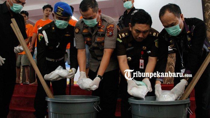 FOTO: Polresta Pekanbaru Musnahkan Sabu 3 Kg Sabu - foto_polresta_pekanbaru_musnahkan_sabu_3_kg_sabu_3jpg.jpg