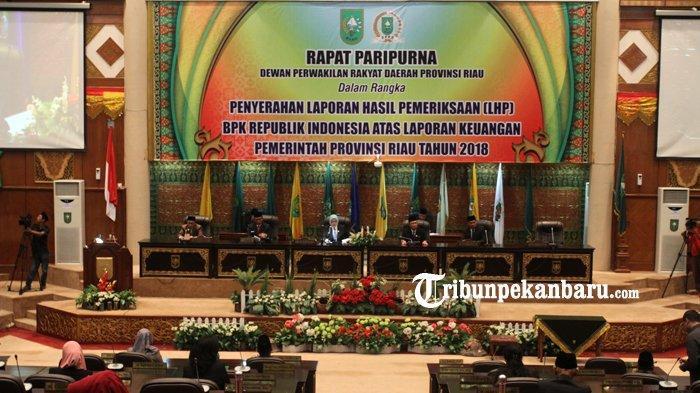 FOTO: Rapat Paripurna dalam Rangka Penyerahan Hasil Pemeriksaan BPK RI di DPRD Riau - foto_rapat_paripurna_dalam_rangka_penyerahan_hasil_pemeriksaan_bpk_ri_di_dprd_riau_3.jpg
