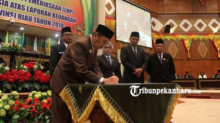 FOTO: Rapat Paripurna dalam Rangka Penyerahan Hasil Pemeriksaan BPK RI di DPRD Riau - foto_rapat_paripurna_dalam_rangka_penyerahan_hasil_pemeriksaan_bpk_ri_di_dprd_riau_5.jpg
