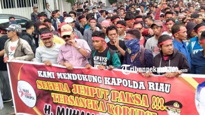 FOTO: Ribuan Orang Datangi Kantor Ditreskrimsus Polda Riau - foto_ribuan_orang_datangi_kantor_ditreskrimsus_polda_riau_1.jpg