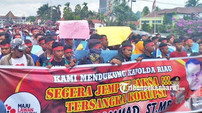 FOTO: Ribuan Orang Datangi Kantor Ditreskrimsus Polda Riau - foto_ribuan_orang_datangi_kantor_ditreskrimsus_polda_riau_2.jpg