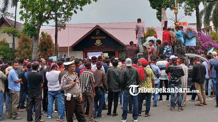 FOTO: Ribuan Orang Datangi Kantor Ditreskrimsus Polda Riau - foto_ribuan_orang_datangi_kantor_ditreskrimsus_polda_riau_3.jpg