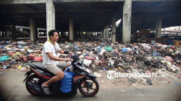 Sampah terlihat menumpuk di areal bangunan Pasar Cik Puan Pekanbaru, Rabu (24/2/2021). (www.tribunpekanbaru.com/Doddy Vladimir)