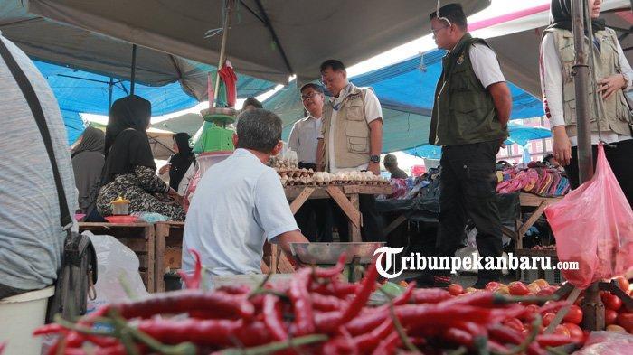 FOTO: Satgas Pangan Polda Riau Sidak Pasar Tradisional di Pekanbaru - foto_satgas_pangan_polda_riau_sidak_pasar_tradisional_di_pekanbaru_2.jpg