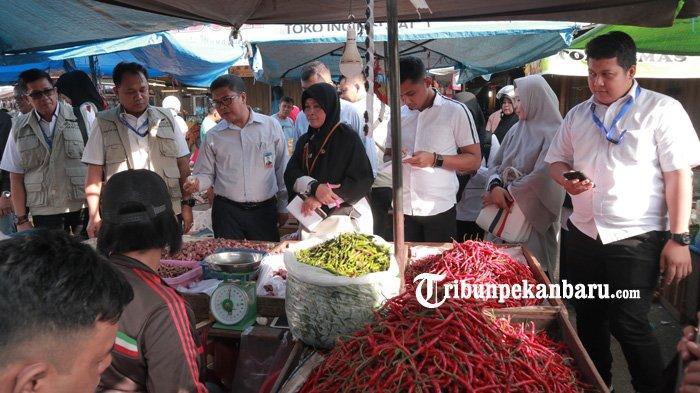 FOTO: Satgas Pangan Polda Riau Sidak Pasar Tradisional di Pekanbaru - foto_satgas_pangan_polda_riau_sidak_pasar_tradisional_di_pekanbaru_4.jpg