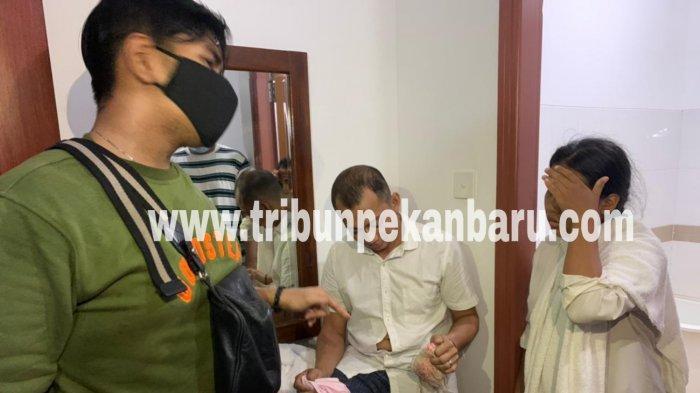 FOTO: Penggerebekan Hotel di Pekanbaru, Tim Bono Polda Riau Jaring 42 Orang - foto_sebanyak_42_orang_terjaring_saat_tim_bono_polda_riau_melakukan_penggerebekan_2.jpg