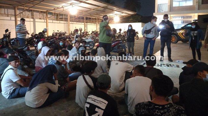FOTO: Penggerebekan Hotel di Pekanbaru, Tim Bono Polda Riau Jaring 42 Orang - foto_sebanyak_42_orang_terjaring_saat_tim_bono_polda_riau_melakukan_penggerebekan_3.jpg