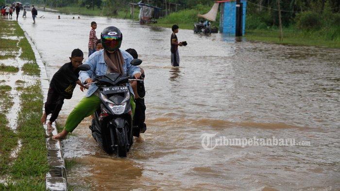 FOTO: Sejumlah Anak-Anak di Pekanbaru Dorong Motor yang Mogok Akibat Banjir - foto_sejumlah_anak-anak_di_pekanbaru_dorong_motor_yang_mogok_akibat_banjir_2.jpg