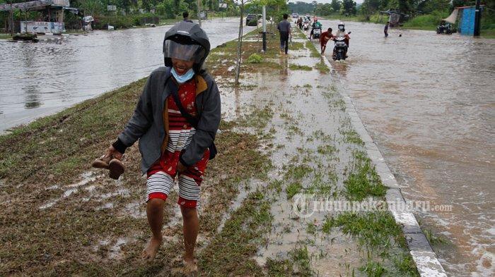 FOTO: Sejumlah Anak-Anak di Pekanbaru Dorong Motor yang Mogok Akibat Banjir - foto_sejumlah_anak-anak_di_pekanbaru_dorong_motor_yang_mogok_akibat_banjir_3.jpg