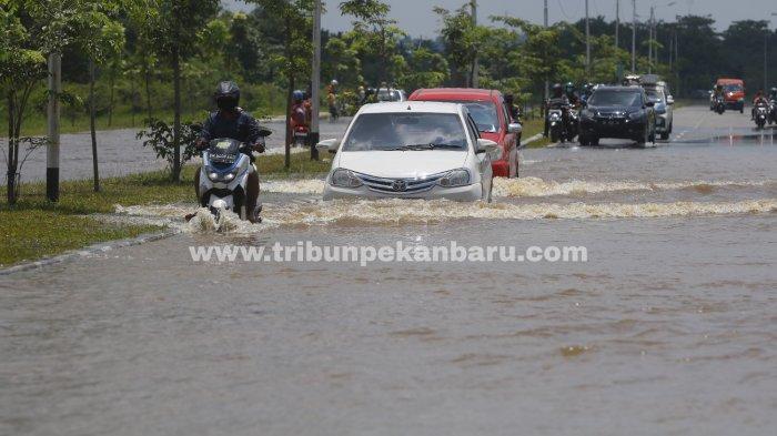 FOTO: Sejumlah Jalan di Pekanbaru Terendam Banjir - foto_sejumlah_jalan_di_pekanbaru_terendam_banjir_1jpg.jpg