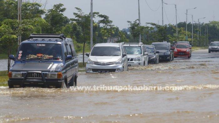 FOTO: Sejumlah Jalan di Pekanbaru Terendam Banjir - foto_sejumlah_jalan_di_pekanbaru_terendam_banjir_2.jpg