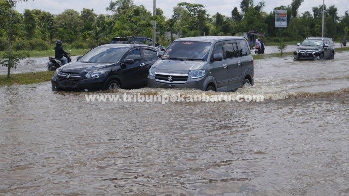 FOTO: Sejumlah Jalan di Pekanbaru Terendam Banjir - foto_sejumlah_jalan_di_pekanbaru_terendam_banjir_3jpg.jpg