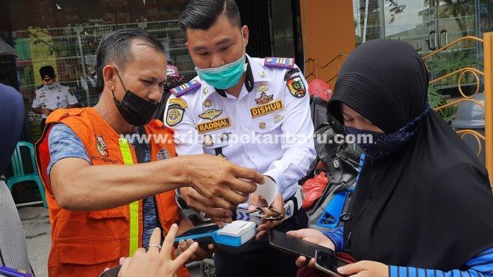 FOTO: Sejumlah Titik Parkir di Kota Pekanbaru Bakal Terapkan Pembayaran Non Tunai - foto_sejumlah_titik_parkir_di_kota_pekanbaru_bakal_terapkan_pembayaran_non_tunai_2.jpg