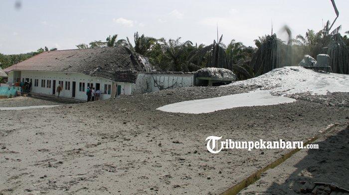 Lokasi semburan gas bumi yang disertai lumpur dan abu di kawasan Pondok Pesantren Al-Ihsan, Kota Pekanbaru, Jumat (5/2/2021). (www.tribunpekanbaru.com/Doddy Vladimir).