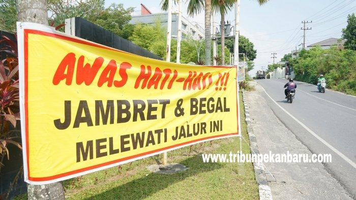 FOTO: Spanduk Peringatan Terhadap Jambret di Pekanbaru - foto_spanduk_peringatan_terhadap_jambret_di_pekanbaru_1.jpg