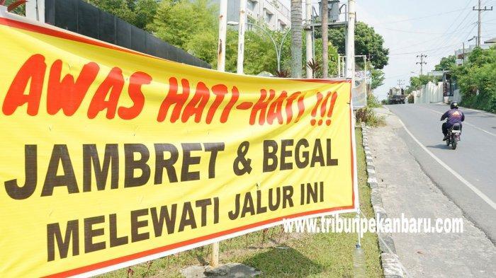 FOTO: Spanduk Peringatan Terhadap Jambret di Pekanbaru - foto_spanduk_peringatan_terhadap_jambret_di_pekanbaru_2.jpg