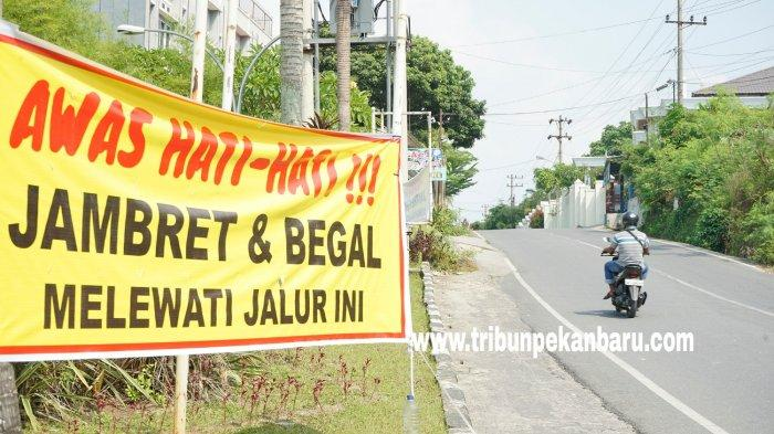 FOTO: Spanduk Peringatan Terhadap Jambret di Pekanbaru - foto_spanduk_peringatan_terhadap_jambret_di_pekanbaru_3.jpg