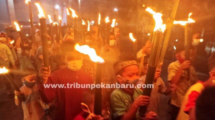 FOTO: Suasana Takbiran di Pekanbaru Merayakan Malam Idul Fitri - foto_suasana_takbiran_di_pekanbaru_merayakan_malam_idul_fitri_1.jpg