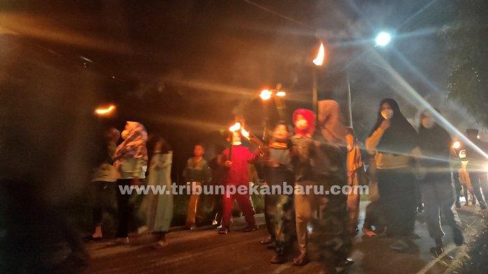 FOTO: Suasana Takbiran di Pekanbaru Merayakan Malam Idul Fitri - foto_suasana_takbiran_di_pekanbaru_merayakan_malam_idul_fitri_4.jpg
