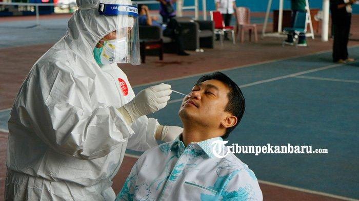 Wakil Ketua Dewan Perwakilan Rakyat Daerah (DPRD) Riau, Hardianto mengikuti tes usap (swab test) COVID-19 di Pekanbaru, Kamis (3/9/2020). (www.tribunpekanbaru.com/Doddy Vladimir).