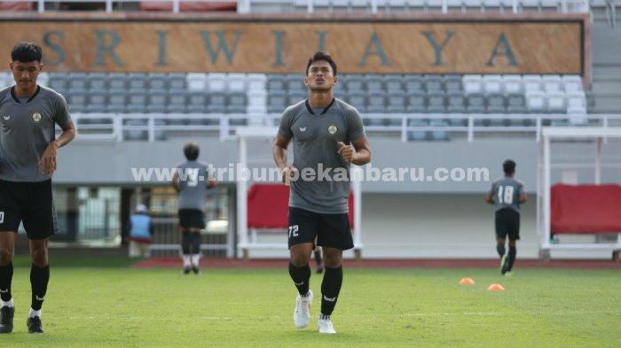FOTO: Tim AA Tiga Naga Jalani Latihan di Stadion Gelora Sriwijaya, Laga Perdana Jelang Liga 2 - foto_tim_aa_tiga_naga_jalani_latihan_di_stadion_gelora_sriwijaya_laga_perdana_jelang_liga_2_1.jpg