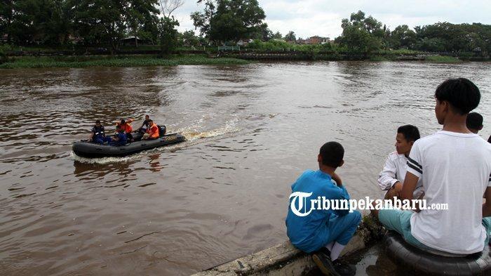 Tim gabungan tengah mencari korban yang tenggelam di Sungai Siak, Pekanbaru, Kamis (19/12/2019). Sehari sebelumnya saat sore hari, dilaporkan seorang pelajar SMA di Pekanbaru bernama Dimas (18) tenggelam di Sungai Siak. (TRIBUN PEKANBARU/THEO RIZKY).