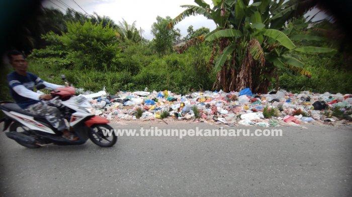 FOTO: Tumpukan Sampah di Jalan Kapau Sari Ujung Pekanbaru Makin Parah - foto_tumpukan_sampah_di_jalan_kapau_sari_ujung_pekanbaru_makin_parah_3.jpg