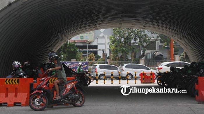 FOTO: U Turn di Bawah Flyover Simpang SKA Pekanbaru Dipasang Tiang Pembatas - foto_u_turn_di_bawah_flyover_simpang_ska_pekanbaru_dipasang_tiang_pembatas_4.jpg