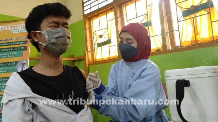 FOTO: Vaksinasi Bagi Guru dan Siswa SMK Swasta di Pekanbaru - foto_vaksinasi_bagi_guru_dan_siswa_smk_swasta_di_pekanbaru_1.jpg