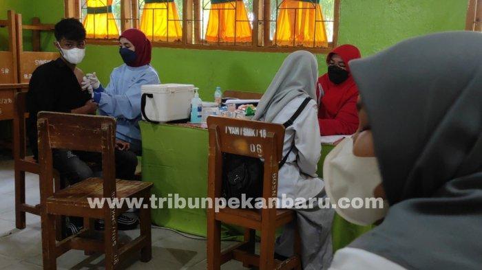 FOTO: Vaksinasi Bagi Guru dan Siswa SMK Swasta di Pekanbaru - foto_vaksinasi_bagi_guru_dan_siswa_smk_swasta_di_pekanbaru_3.jpg
