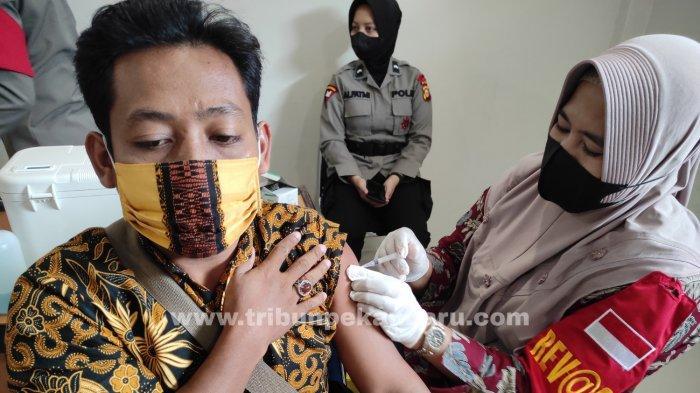 FOTO: Vaksinasi Covid-19 di Vaksin Center di RS Bhayangkara Polda Riau - foto_vaksinasi_covid-19_di_vaksin_center_di_rs_bhayangkara_polda_riau_1.jpg