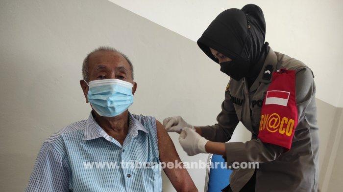 FOTO: Vaksinasi Covid-19 di Vaksin Center di RS Bhayangkara Polda Riau - foto_vaksinasi_covid-19_di_vaksin_center_di_rs_bhayangkara_polda_riau_3.jpg