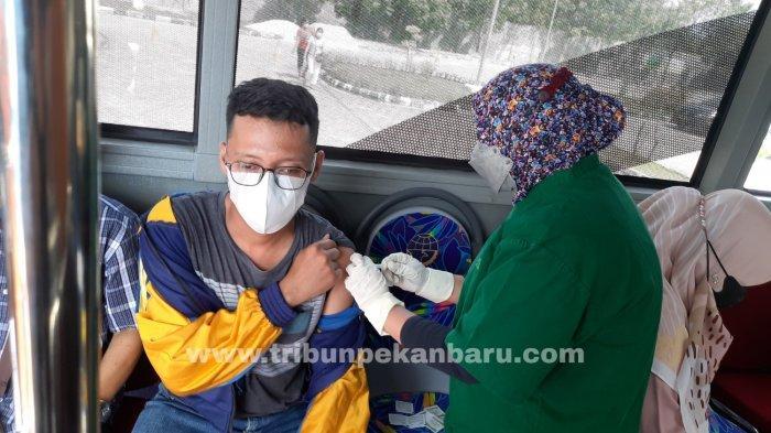 FOTO: Vaksinasi dalam Bus Vaksin Covid-19 di RSD Madani Pekanbaru - foto_vaksinasi_dalam_bus_vaksin_di_rsd_madani_pekanbaru_2.jpg