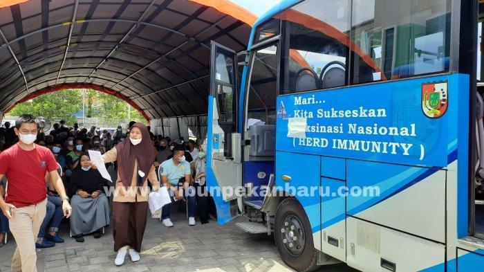 FOTO: Vaksinasi dalam Bus Vaksin Covid-19 di RSD Madani Pekanbaru - foto_vaksinasi_dalam_bus_vaksin_di_rsd_madani_pekanbaru_3.jpg