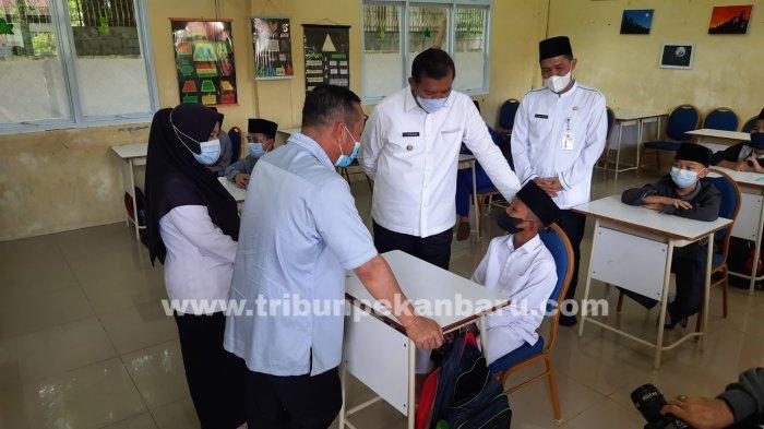 FOTO: Wali Kota Firdaus Tinjau SMP Madani Pekanbaru - foto_walikota_tinjau_smp_madani_pekanbaru_2.jpg