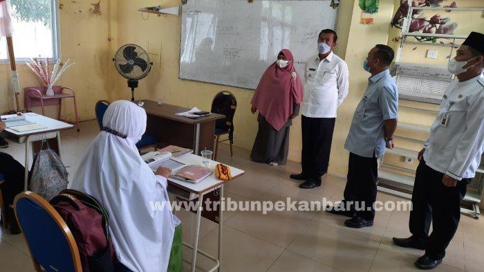 FOTO: Wali Kota Firdaus Tinjau SMP Madani Pekanbaru - foto_walikota_tinjau_smp_madani_pekanbaru_3.jpg