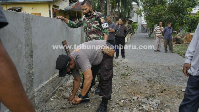 FOTO: Warga Bongkar Beton Penutup Jalan di Marpoyan Damai Pekanbaru - foto_warga_bongkar_beton_penutup_jalan_di_marpoyan_damai_pekanbaru_3.jpg
