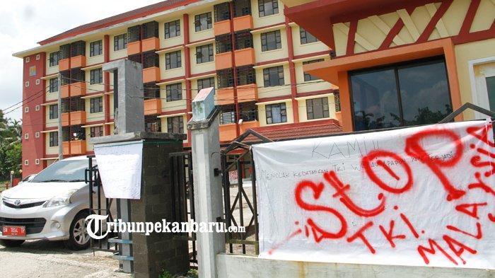 FOTO: Warga di Pekanbaru Tolak Rusunawa untuk Isolasi TKI dari Malaysia - foto_warga_di_pekanbaru_tolak_rusunawa_untuk_isolasi_tki_dari_malaysia_1.jpg