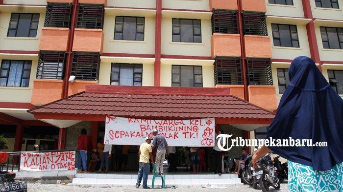 FOTO: Warga di Pekanbaru Tolak Rusunawa untuk Isolasi TKI dari Malaysia - foto_warga_di_pekanbaru_tolak_rusunawa_untuk_isolasi_tki_dari_malaysia_3.jpg