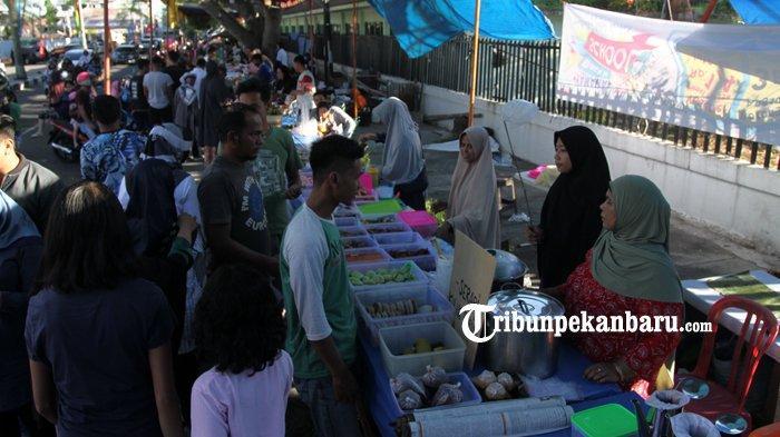 FOTO: Warga Ramaikan Pasar Ramadan di Pekanbaru - foto_warga_ramaikan_pasar_ramadan_di_pekanbaru_1.jpg