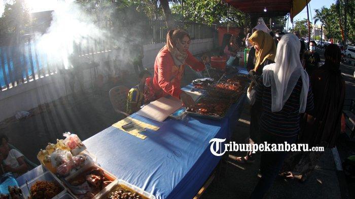 FOTO: Warga Ramaikan Pasar Ramadan di Pekanbaru - foto_warga_ramaikan_pasar_ramadan_di_pekanbaru_4.jpg