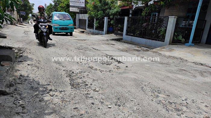 Foto : Belum Dibenahi, Jalan Bekas Galian Perpipaan Limbah Rumah Tangga di Pekanbaru