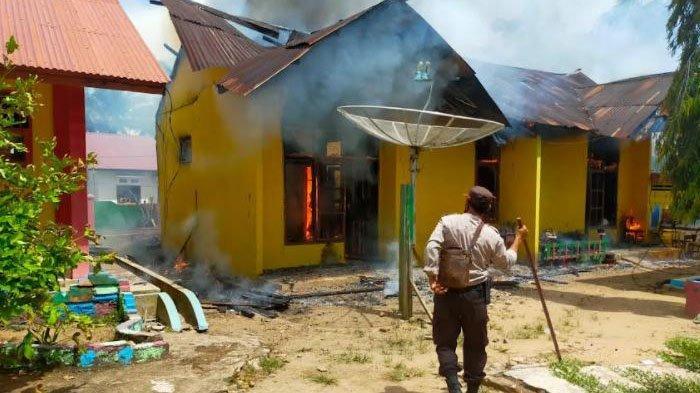 Para Guru Berhamburan Keluar Kelas, SDN 009 di Bangko Pusako Rohil Terbakar Jelang Siang Hari