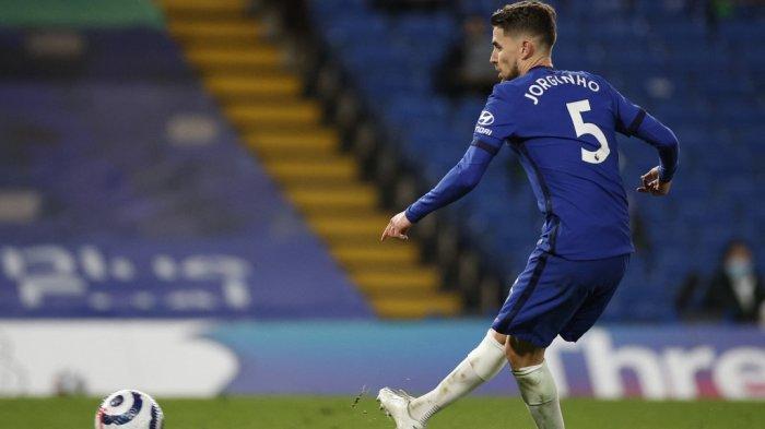Gelandang Chelsea Jorginho mencetak gol kedua mereka dari titik penalti dalam pertandingan sepak bola Liga Premier Inggris antara Chelsea dan Everton di Stamford Bridge di London pada 8 Maret 2021.