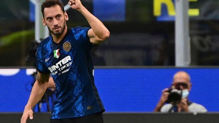 Gelandang Inter Milan asal Turki Hakan Calhanoglu melakukan selebrasi selama pertandingan sepak bola Serie A Italia Inter Milan vs Genoa di stadion San Siro di Milan, pada 21 Agustus 2021.