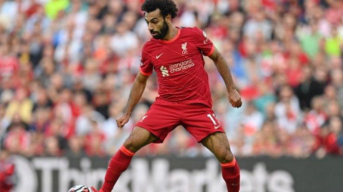 Gelandang Liverpool Mohamed Salah mengontrol bola selama pertandingan sepak bola Liga Premier Inggris antara Liverpool dan Chelsea di Anfield di Liverpool, 28 Agustus 2021.