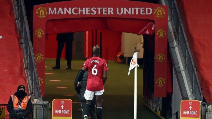 Gelandang Manchester United Paul Pogba berjalan ke terowongan setelah cedera saat pertandingan sepak bola Liga Premier Inggris antara Manchester United dan Everton di Old Trafford di Manchester, Inggris barat laut, pada 6 Februari 2021.