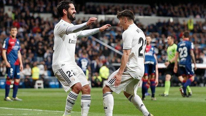 Gelandang Real Madrid, Isco Alarcon merayakan golnya bersama Brahim Diaz