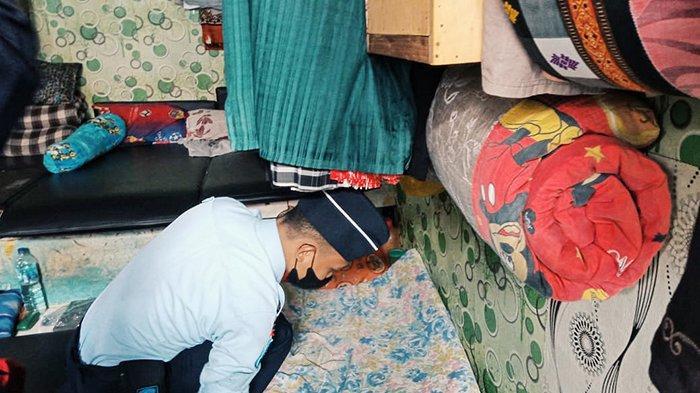 Petugas melakukan pemeriksaan kamar tahanan dalam giat razia insidentil Satopspatnal di Blok Narkotika Lapas Tembilahan, Inhil, Riau.